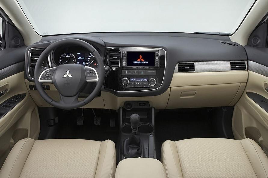 Mitsubishi-Outlander-Innenraum-SUV-interior front seats and dash